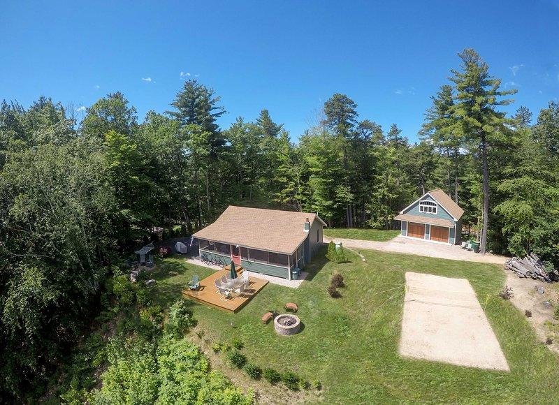Esta es una casa de vacaciones recientemente renovada en Ossipee, New Hampshire.