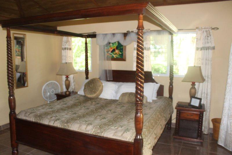 cama king size caoba en la cabina Pendula