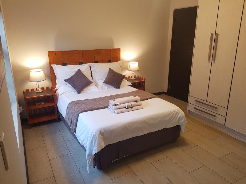 Segundo dormitorio con cama doble.
