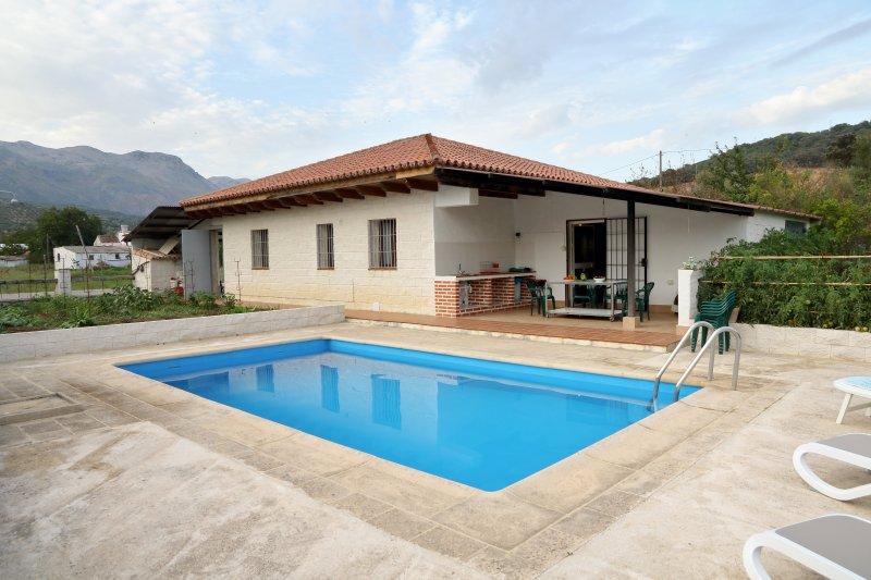 Patio con piscina, tumbonas y preciosas vistas.
