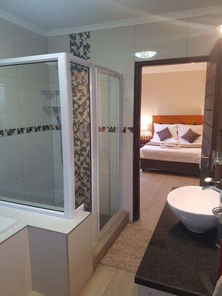 Vista desde on-suite baño con el segundo dormitorio.