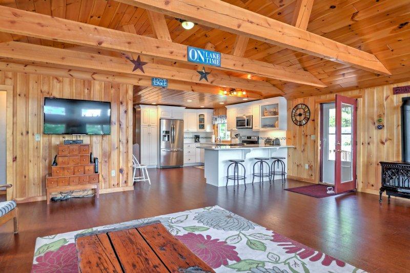 Entre los nuevos servicios y muebles confortables se pueden encontrar a lo largo de 2,000 pies cuadrados de espacio habitable invita a 9 para unas vacaciones frente al mar.