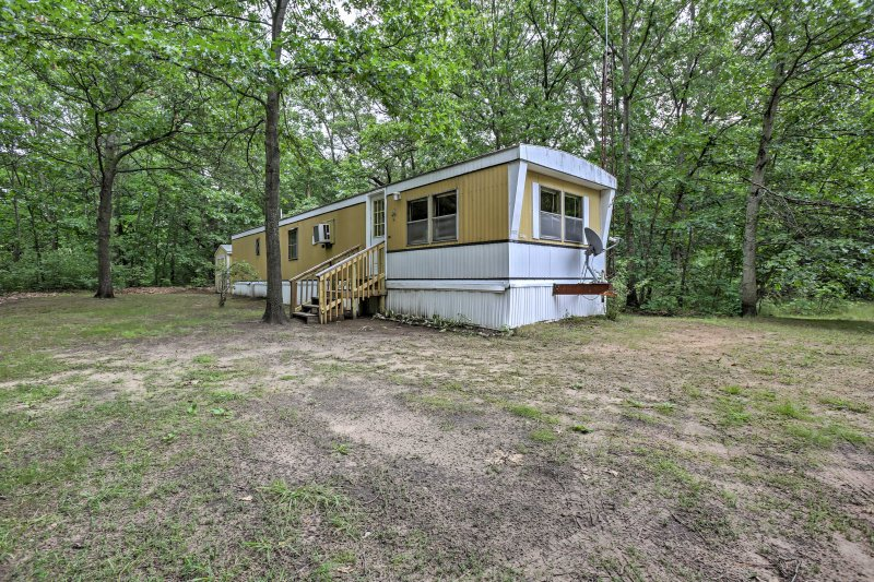 Cozy Fountain Cabin on 2 Wooded Acres by 3 Lakes!, holiday rental in Irons