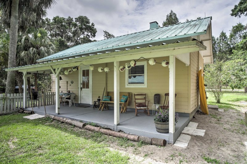 This charming vacation rental cottage in Dunnellon comfortably sleeps 5 guests.