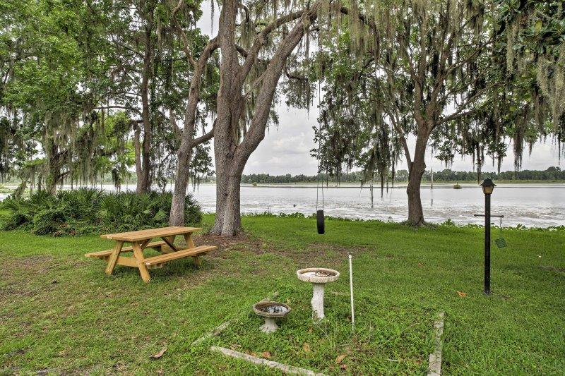 La proprietà spalle fino al bellissimo Lago di Rousseau.