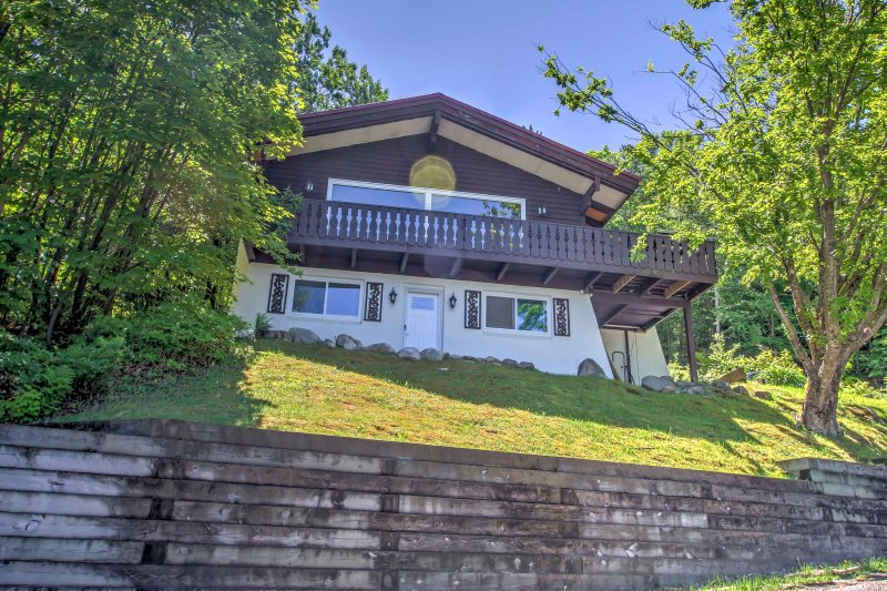 Ski-In/Ski-Out Cannon Mountain House w/ Deck!, alquiler de vacaciones en Bath