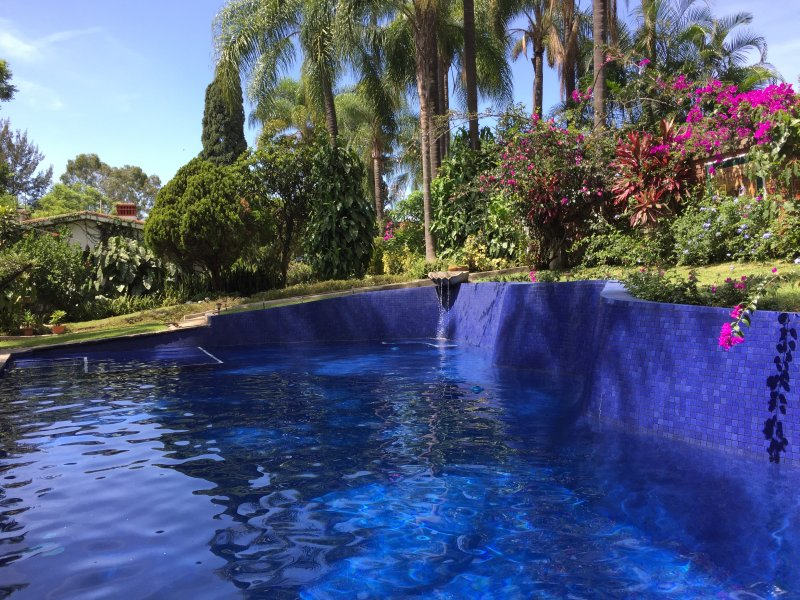 Villa Taxco Mexican-Style Casita in Great Location w/ Magnificent Pool & Gardens, holiday rental in Temixco