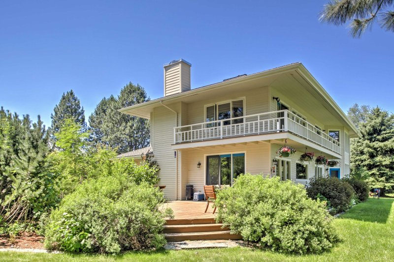 Pack your bags and head to this 3-bedroom, 3-bathroom vacation rental house in Sagle for the ultimate Idaho getaway!