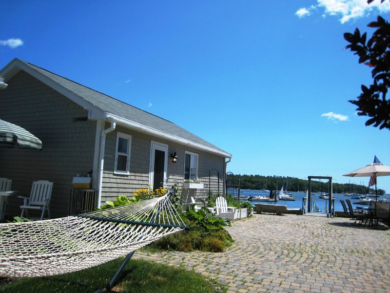 Find the quintessential 'Downeast' Maine experience at 'Heron Cottage,' a 1-bedroom, 1-bathroom vacation rental cottage, overlooking the picturesque Harraseeket River and Casco Bay.