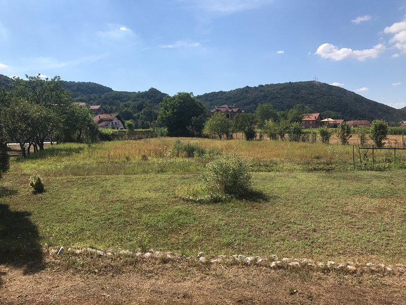 2 Bedroom House with a Garden near Mountain Biking Trails, holiday rental in Petrovac