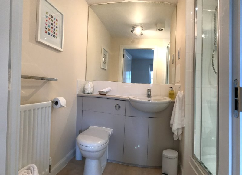 El dormitorio principal con baño
