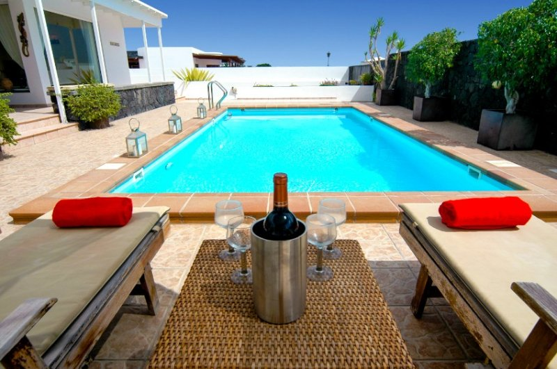Fantastic 3 bed villa in Puerto Calero. Heated Pool. Air Con. Wifi Ref LVC253701, vacation rental in Puerto Calero