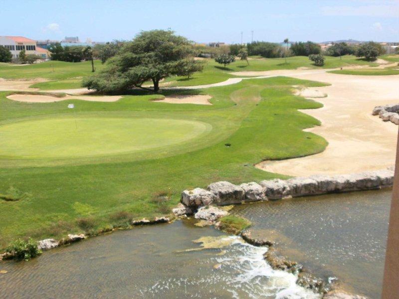 ¡Su pintoresco paisaje sereno con vista al campo de golf de 9 hoyos!