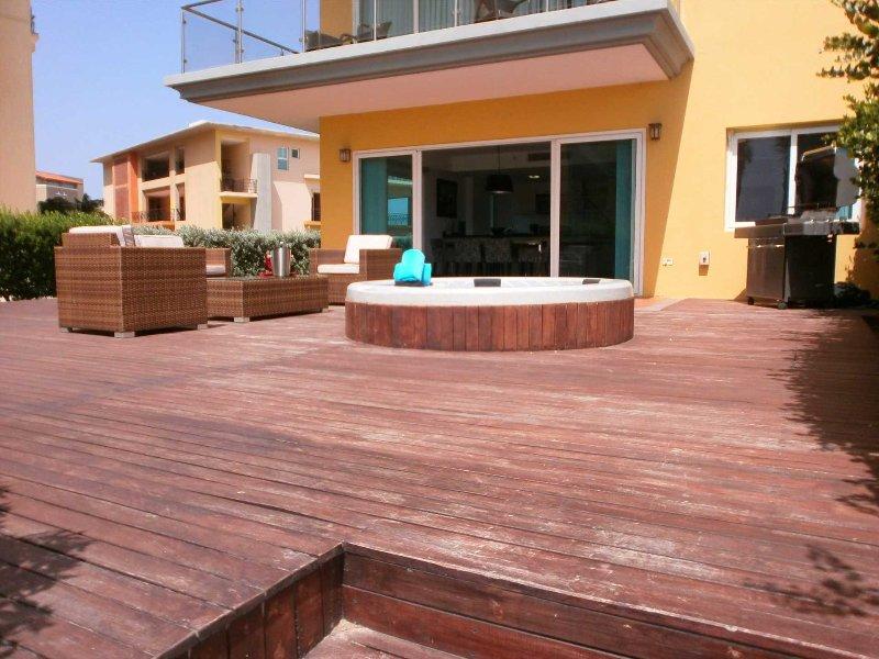 Rymlig privat uteplats med tillgång till pooler och resorts bekvämligheter!