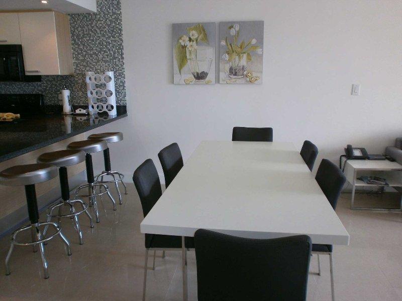 Abundance of space, 6 seat modern dining table