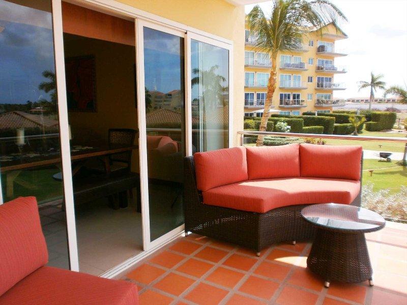 Su área de estar al aire libre en el balcón del salón.