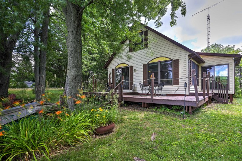 Coldwater Cottage on Dragon Lake w/ Dock & Deck!, holiday rental in Colon