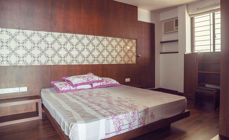 camera con un letto matrimoniale con aria condizionata, armadio a muro, tavolo di studio e di un annesso servizio igienico.