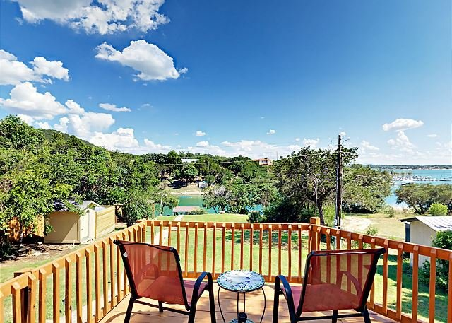Lakeside Home in Village of Volente w/ Spacious Deck & Hot Tub, location de vacances à Volente