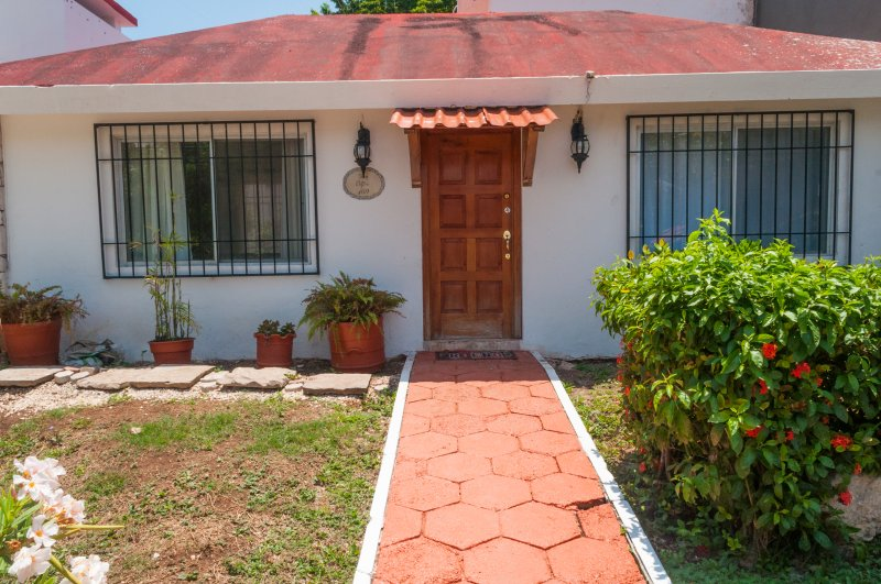 Beautiful, colorful, fun and tropical House 'Tìa Sandia' with 5 rooms and fully equipped kitchen