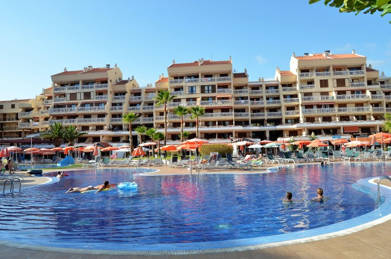 LOVELY 2 BEDROOMED APARTMENT WITH POOL VIEWS NEXT TO THE BEACH, holiday rental in Playa de las Americas