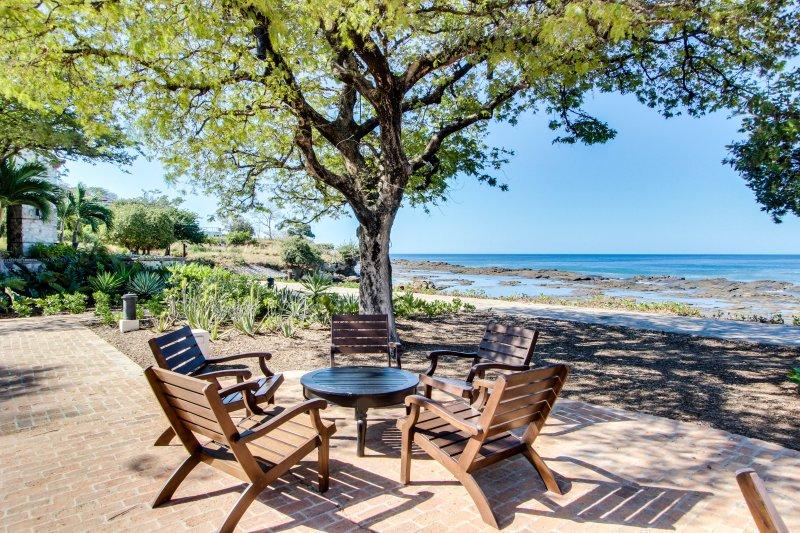 Long-term discounts: oceanview resort estate w/ private pool, beach access!, location de vacances à Tola
