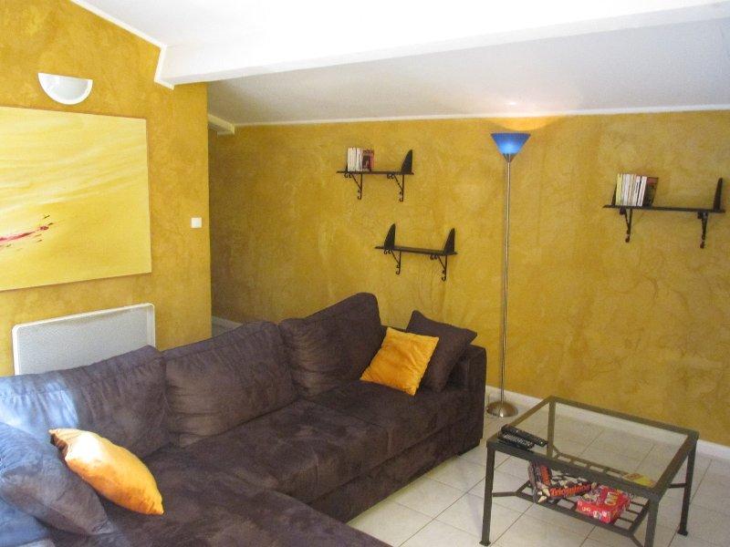 Gîte 6/8 personnes dans une ancienne bâtisse entièrement restaurée, holiday rental in Nezignan-l'Eveque