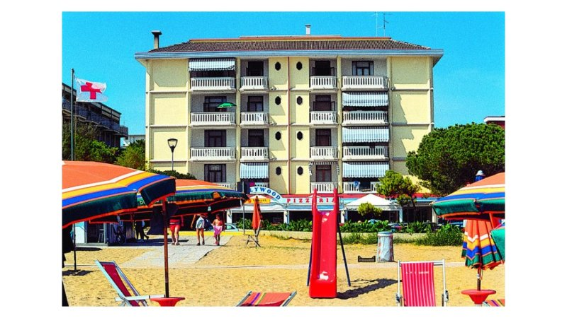 Beachfront Apartment for 5 guests - Beach Place and Parking Included, vacation rental in Bibione