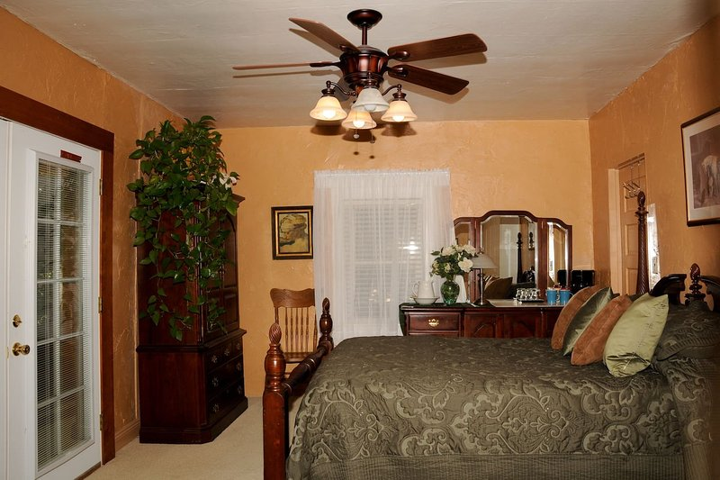 Own access, bathroom, 1queen bed. Sm refridg. Private yard w pond. Down town walking distance.