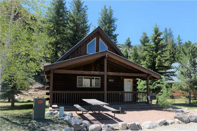 Comfortable and Clean 2 BR Cabin at Three Rivers Resort in Almont (#27), alquiler vacacional en Almont
