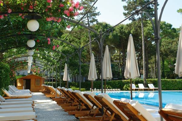 Our guests are welcome to use the wimming pool of the 5-star hotel Greif, situated by the villa.