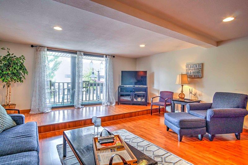 Loungen runt vardagsrummet med soffa, fåtölj och platt-TV med kabelkanaler.