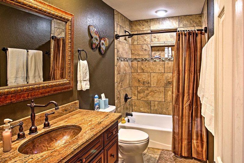 Es gibt 2 Badezimmer im Haus.