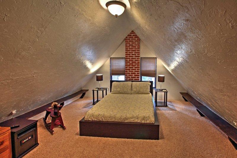 Das Hide Away Schlafzimmer verfügt über ein Full-Size-Bett.