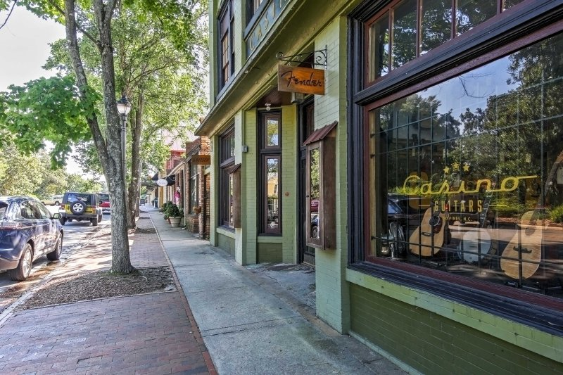 Questo edificio si trova a pochi passi dalle boutique e ottimi ristoranti lungo Broad Street.