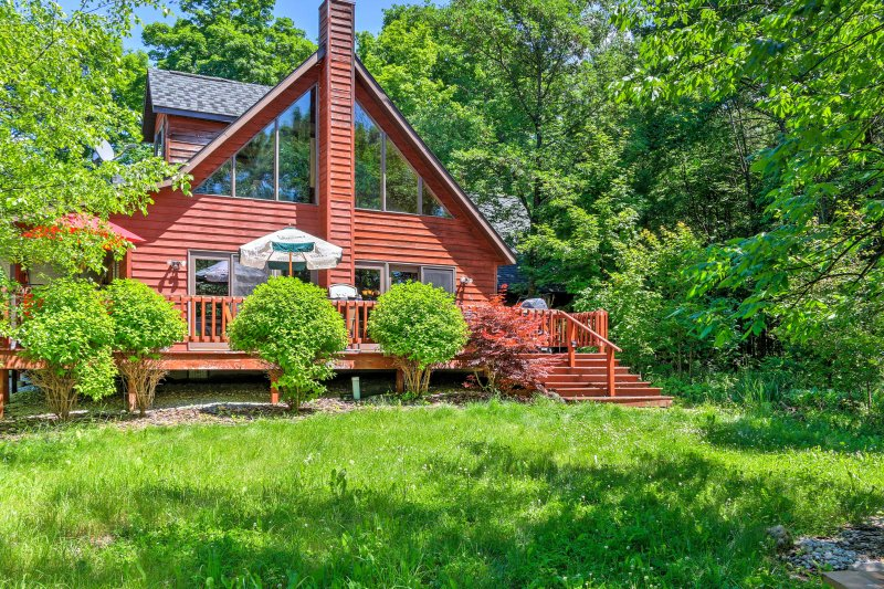 Egg Harbor Home w/Deck on 2 Acres - 12 Min to Lake, holiday rental in Egg Harbor
