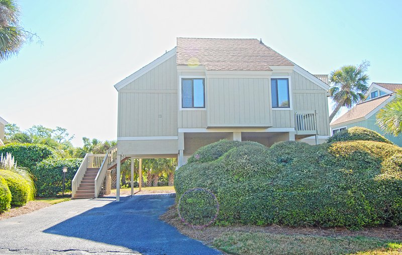 947 Sealoft has great lagoon golf views and is very nicely decorated!