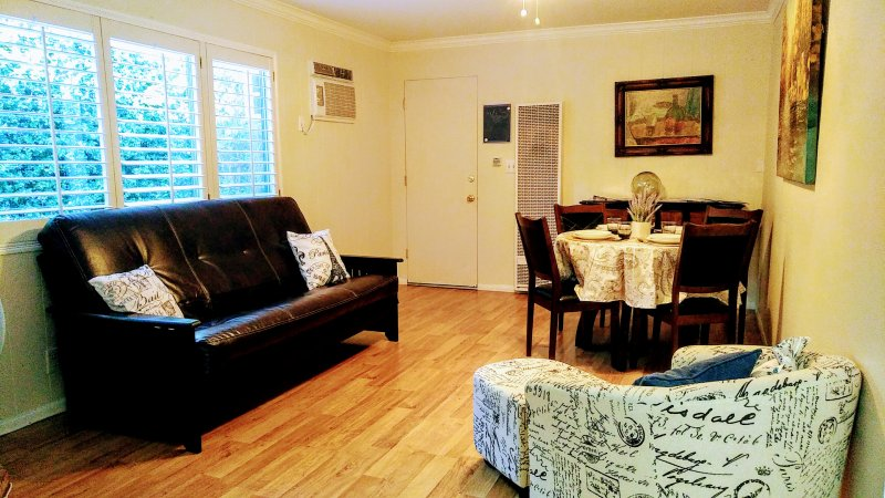 Cozy 2BR Guest House with Private Entry and Patio, holiday rental in Simi Valley