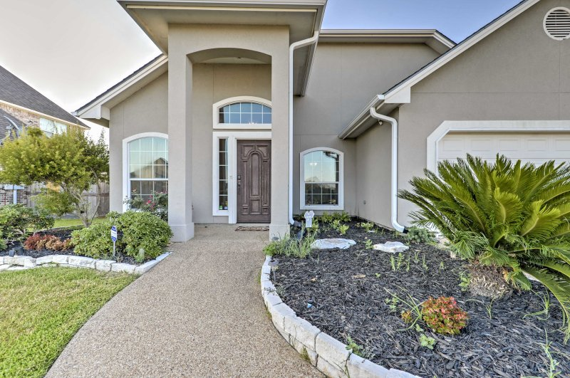 You're sure to enjoy your time in College Station at this luxurious home!