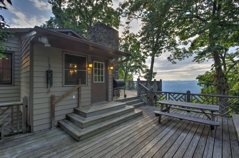 Situated high on the very top of Bill's Mountain surrounded by 1,000 acres of pristine wilderness, this 2-bedroom, 2-bathroom vacation rental cabin is the ultimate Weaverville retreat!