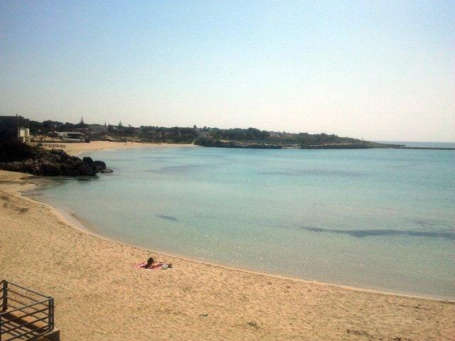 spiaggia di sabbia fine e bianca di cui una parte attrezzata fondale basso ottimo per i bambini.