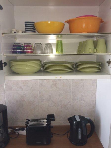 Große Auswahl an Gläsern Geschirr und Küchenutensilien