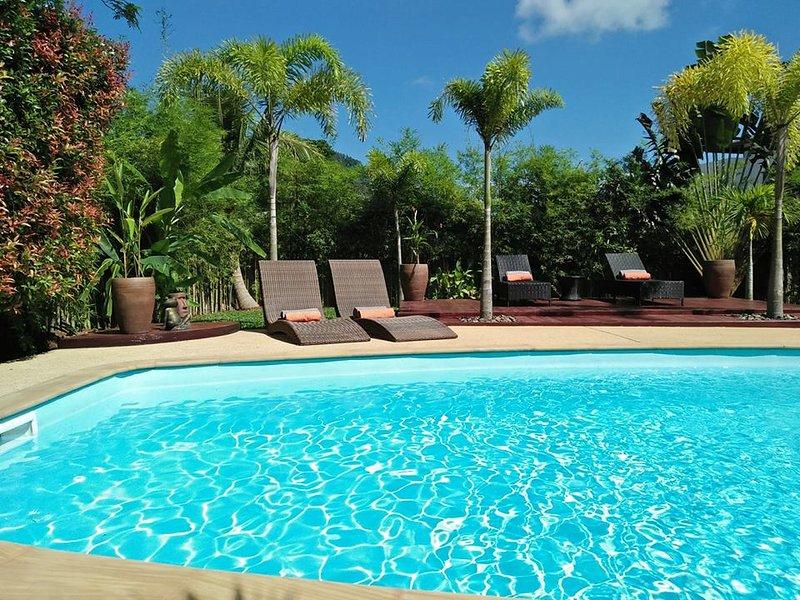 Privada de 8 x 4 m piscina con zona de estar fuera