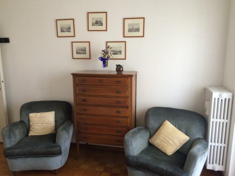 Die Kommode und großen Sesseln