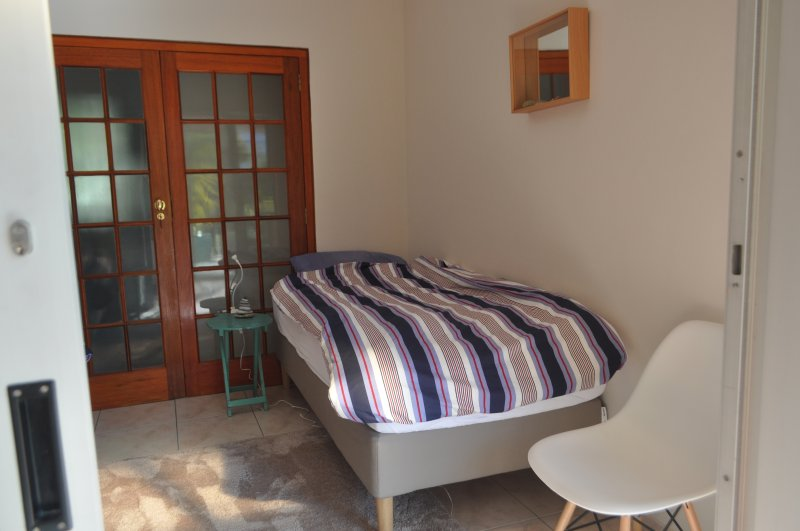 'Beach room' with two single beds