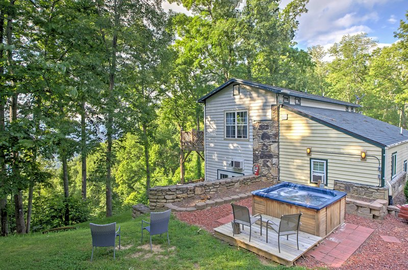 Embrace the mountain views from this vacation rental cabin in Weaversville!