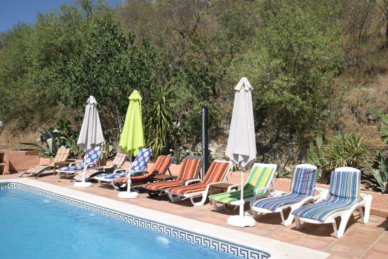 Privacidad, espacio y ducha de agua caliente solar en la piscina. Dan a impresionantes vistas al lago