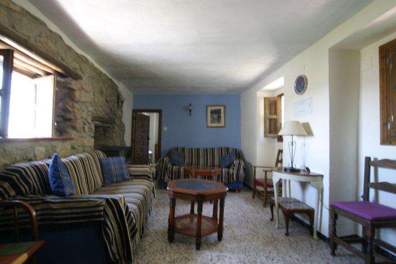El gran salón granja con muro de piedra característica - un montón de espacio para relajarse
