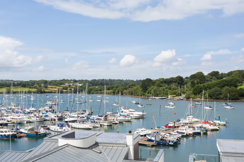 Moonraker - a luxury 5 Star apartment overlooking Falmouth Marina with parking, holiday rental in Mylor Bridge