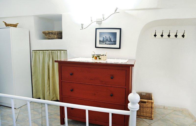 Slaapkamer en badkamer met douche